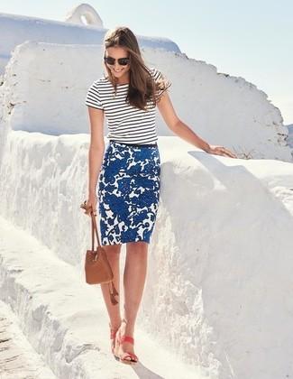 Comment porter: t-shirt à col rond à rayures horizontales blanc et noir, jupe crayon à fleurs bleue, sandales à talons en cuir roses, sac bourse en cuir marron