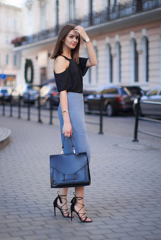 Comment porter: t-shirt à col rond noir, jupe crayon bleue, sandales à talons en daim noires, cartable en cuir noir