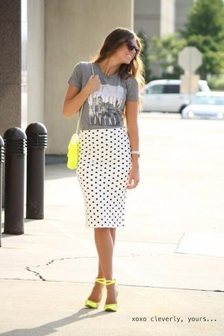 Comment porter: t-shirt à col rond imprimé gris, jupe crayon á pois blanche et noire, sandales à talons en cuir jaunes, sac bandoulière en cuir jaune