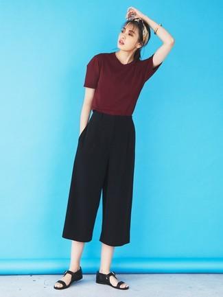 Comment porter une jupe-culotte noire: Pense à harmoniser un t-shirt à col rond bordeaux avec une jupe-culotte noire pour une tenue idéale le week-end. Tu veux y aller doucement avec les chaussures? Choisis une paire de des sandales plates en cuir noires pour la journée.