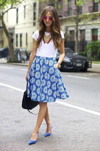 Comment porter: t-shirt à col rond blanc, jupe évasée à fleurs bleue, escarpins en daim bleus, sac fourre-tout en cuir noir