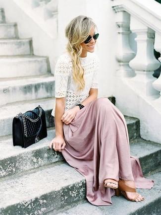 Comment porter: t-shirt à col rond en dentelle blanc, jupe longue rose, sandales à talons en cuir marron clair, sac bandoulière en cuir matelassé noir