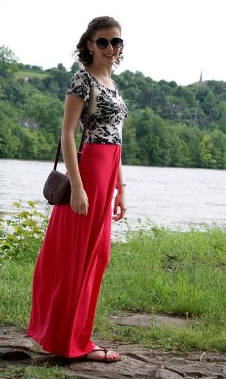 Tenue: T-shirt à col rond à fleurs blanc et noir, Jupe longue rouge, Sandales plates en cuir marron foncé, Sac bandoulière en cuir marron foncé
