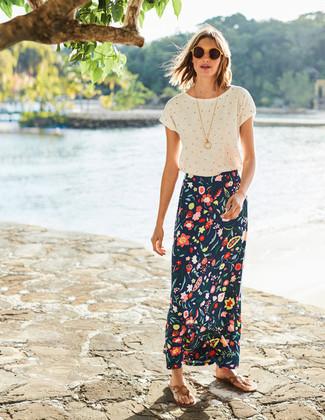 Comment porter: t-shirt à col rond á pois blanc, jupe longue à fleurs bleu marine, tongs en cuir marron clair, lunettes de soleil jaunes