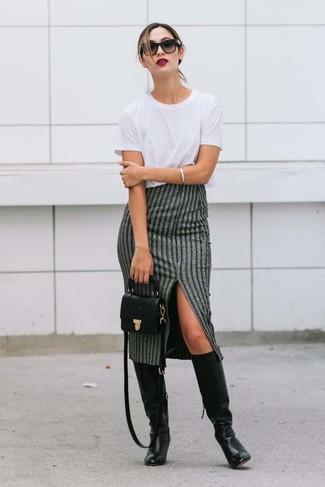 Comment porter: t-shirt à col rond blanc, jupe mi-longue à rayures verticales grise, bottes hauteur genou en cuir noires, sac bandoulière en cuir noir