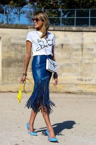 Comment porter: t-shirt à col rond imprimé blanc et noir, jupe mi-longue en cuir à franges bleue, escarpins en daim turquoise, sac bandoulière en cuir blanc
