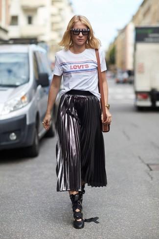 Comment porter: t-shirt à col rond imprimé blanc, jupe mi-longue plissée argentée, escarpins en cuir noirs, sac bandoulière en cuir marron