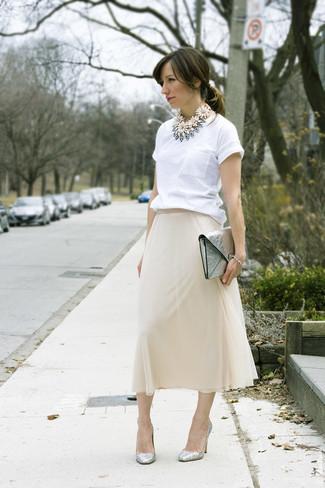 Comment porter: t-shirt à col rond blanc, jupe mi-longue en chiffon beige, escarpins en cuir argentés, pochette en cuir argentée