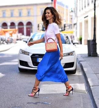 Comment porter: t-shirt à col rond blanc, jupe mi-longue en soie bleue, sandales à talons en cuir fuchsia, sac bandoulière en cuir imprimé orange