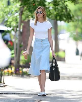 Comment porter: t-shirt à col rond blanc, jupe mi-longue en denim bleu clair, slippers en cuir blancs, sac fourre-tout en daim noir