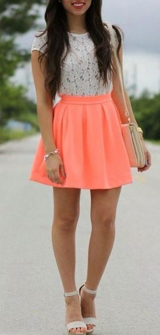Comment porter: t-shirt à col rond en dentelle blanc, jupe patineuse orange, sandales à talons en cuir grises, sac bandoulière en cuir beige