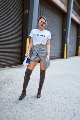 Comment porter des lunettes de soleil blanches: Marie un t-shirt à col rond imprimé blanc et noir avec des lunettes de soleil blanches pour une impression décontractée. Rehausse cet ensemble avec une paire de des cuissardes en daim marron foncé.