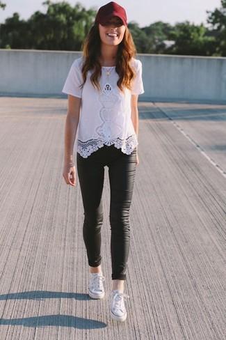 Comment porter: t-shirt à col rond en dentelle blanc, leggings en cuir noirs, baskets basses blanches, casquette bordeaux