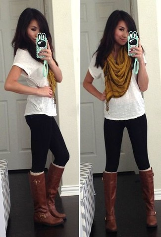 Comment porter: t-shirt à col rond blanc, leggings noirs, bottes hauteur genou en cuir marron foncé, écharpe moutarde