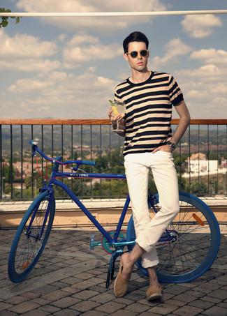 Comment porter: t-shirt à col rond à rayures horizontales marron clair, jean beige, baskets à enfiler en daim marron, lunettes de soleil marron clair