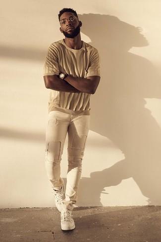 Comment porter: t-shirt à col rond marron clair, jean skinny déchiré beige, baskets basses blanches, montre marron