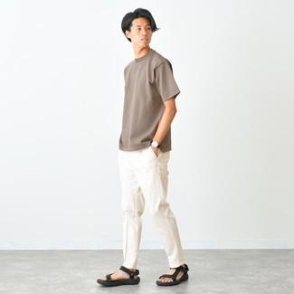 Comment s'habiller pour un style relax: Choisis un pantalon chino blanc pour obtenir un look relax mais stylé. Si tu veux éviter un look trop formel, opte pour une paire de sandales en toile noires.
