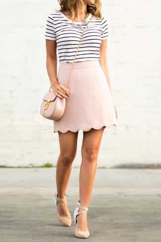 Comment porter: t-shirt à col rond à rayures horizontales blanc et noir, minijupe rose, escarpins en daim beiges, sac bandoulière en cuir rose
