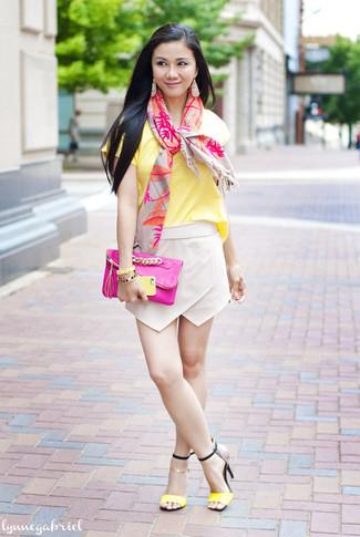 Comment porter: t-shirt à col rond jaune, minijupe beige, sandales à talons en cuir jaunes, pochette en cuir fuchsia