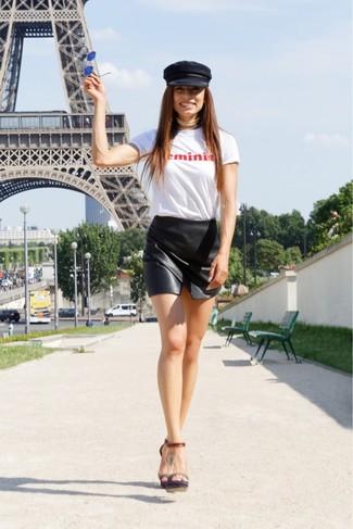 Comment porter: t-shirt à col rond imprimé blanc et rouge, minijupe en cuir noire, sandales à talons en cuir marron foncé, casquette plate noire