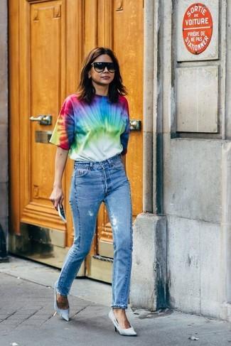Comment porter: t-shirt à col rond imprimé tie-dye multicolore, jean bleu, escarpins en toile bleu clair, lunettes de soleil noires