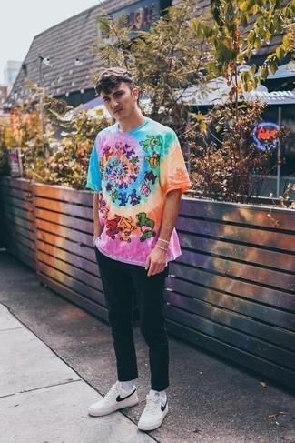 Comment porter: t-shirt à col rond imprimé tie-dye multicolore, pantalon chino noir, baskets basses en cuir blanches, chaussettes blanches