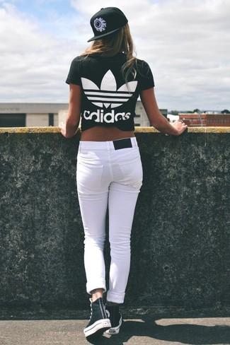 Comment porter un jean skinny blanc pour un style relax: Pour une tenue de tous les jours pleine de caractère et de personnalité essaie d'associer un t-shirt à col rond imprimé noir et blanc avec un jean skinny blanc. Si tu veux éviter un look trop formel, choisis une paire de des baskets montantes noires et blanches.