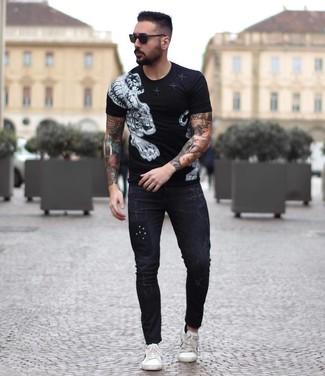 Comment porter: t-shirt à col rond imprimé noir et blanc, jean skinny noir, baskets basses en cuir blanches, lunettes de soleil noires