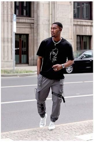 Tendances mode hommes: Pense à marier un t-shirt à col rond imprimé noir et blanc avec un pantalon cargo gris pour une tenue relax mais stylée. Une paire de baskets montantes en toile imprimées grises est une option astucieux pour complèter cette tenue.