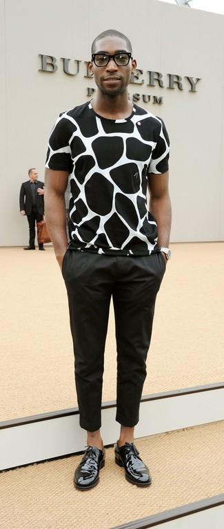 T shirt a col rond noir et blanc pantalon chino noir chaussures derby noires large 11809