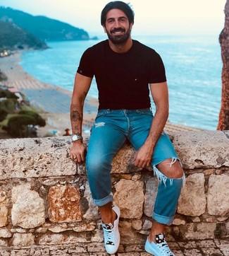 Comment porter: t-shirt à col rond noir, jean déchiré bleu, baskets basses en cuir blanches, montre argentée