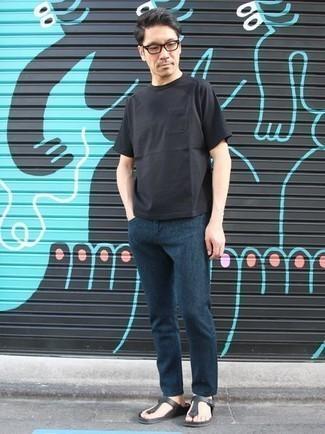 Comment porter des tongs: Pour une tenue de tous les jours pleine de caractère et de personnalité essaie de marier un t-shirt à col rond noir avec un jean bleu marine. Tu veux y aller doucement avec les chaussures? Assortis cette tenue avec une paire de des tongs pour la journée.