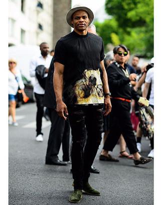 Comment porter: t-shirt à col rond imprimé noir, jean déchiré noir, bottines chelsea en daim vert foncé, chapeau en laine gris
