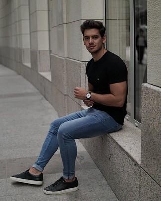 Comment porter un t-shirt à col rond noir: Marie un t-shirt à col rond noir avec un jean skinny bleu pour une tenue idéale le week-end. Jouez la carte classique pour les chaussures et termine ce look avec une paire de des baskets basses en cuir noires.
