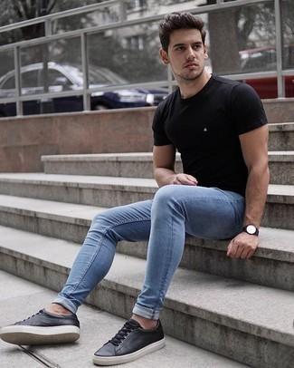 Comment porter un t-shirt à col rond noir: Pense à associer un t-shirt à col rond noir avec un jean skinny bleu clair pour un look idéal le week-end. Opte pour une paire de des baskets basses en cuir noires pour afficher ton expertise vestimentaire.
