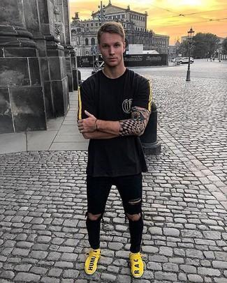 Essaie d'associer un t-shirt à col rond noir avec un jean skinny déchiré noir pour un look confortable et décontracté. Cette tenue se complète parfaitement avec une paire de des chaussures de sport jaunes.