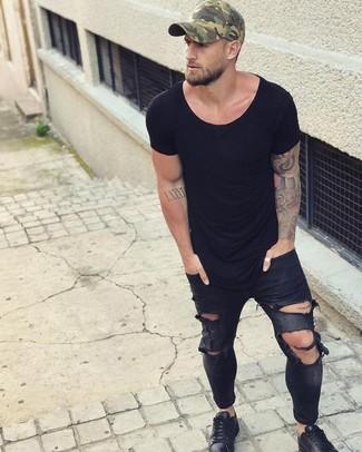 Comment porter: t-shirt à col rond noir, jean skinny déchiré noir, baskets basses en cuir noires, casquette de base-ball camouflage olive