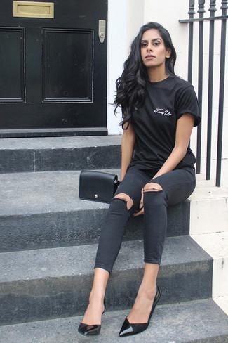 Comment porter: t-shirt à col rond noir, jean skinny déchiré noir, escarpins en cuir noirs, sac bandoulière en cuir noir