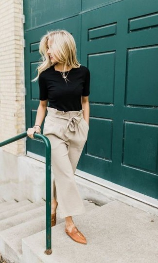 Comment porter une jupe-culotte beige: Marie un t-shirt à col rond noir avec une jupe-culotte beige pour un look confortable et décontracté. D'une humeur audacieuse? Complète ta tenue avec une paire de des slippers en cuir marron clair.