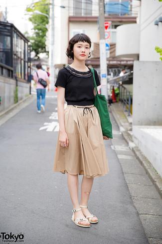 Un t,shirt à col rond noir et une jupe mi,longue plissée beige