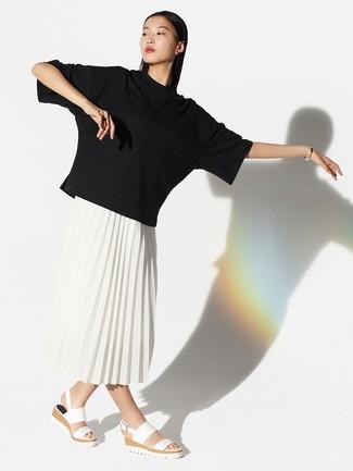 Comment porter: t-shirt à col rond noir, jupe mi-longue plissée blanche, sandales plates en cuir blanches