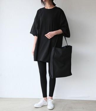Comment porter: t-shirt à col rond noir, leggings noirs, baskets basses blanches, sac fourre-tout en toile noir