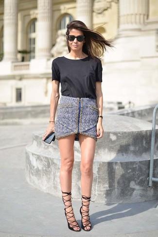 Comment porter un t-shirt à col rond noir: Marie un t-shirt à col rond noir avec une minijupe en tweed bleue pour une tenue relax mais stylée. Une paire de des sandales à talons en cuir noires est une option parfait pour complèter cette tenue.