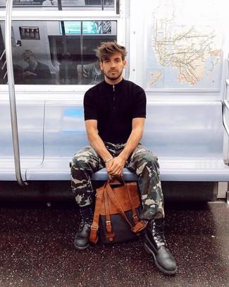 Comment porter: t-shirt à col rond noir, pantalon cargo camouflage olive, bottes de loisirs en cuir noires, sac à dos en cuir tabac