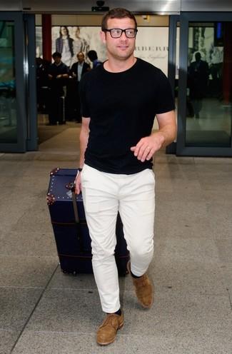 Tenue de Dermot O'Leary: T-shirt à col rond noir, Pantalon chino blanc, Chaussures derby en daim marron, Chaussettes noires