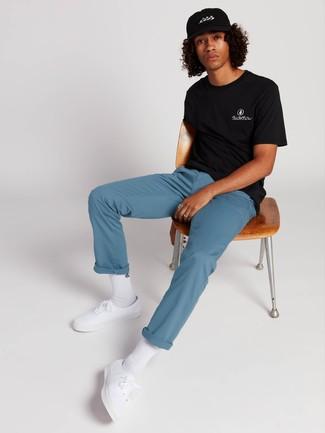 Comment porter: t-shirt à col rond noir, pantalon chino bleu, baskets basses en toile blanches, chaussettes blanches
