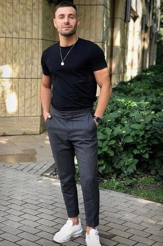 Comment porter une montre en cuir noire: Pour une tenue aussi confortable que ton canapé, choisis un t-shirt à col rond noir et une montre en cuir noire. Ajoute une paire de des chaussures de sport blanches à ton look pour une amélioration instantanée de ton style.