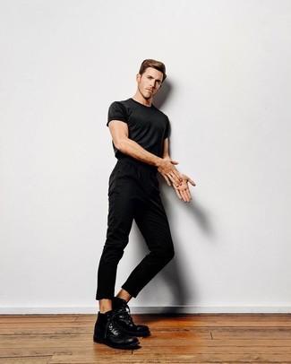 Comment porter: t-shirt à col rond noir, pantalon chino noir, bottes de loisirs en cuir noires