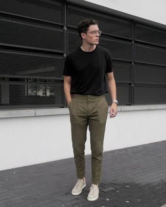 Tendances mode hommes: Porte un t-shirt à col rond noir et un pantalon chino olive pour un look de tous les jours facile à porter. Une paire de des baskets basses beiges est une option astucieux pour complèter cette tenue.