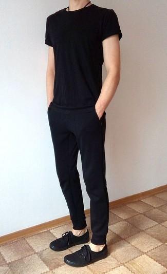 Comment porter un pantalon de jogging noir: Marie un t-shirt à col rond noir avec un pantalon de jogging noir pour un look confortable et décontracté. Fais d'une paire de des baskets basses en toile noires ton choix de souliers pour afficher ton expertise vestimentaire.
